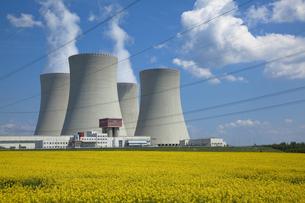 テメリンの原子力発電所と菜の花畑の写真素材 [FYI00367160]