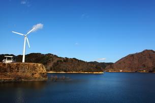 風車と青い湖の写真素材 [FYI00367222]