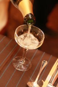 シャンパンを注ぐ瞬間の写真素材 [FYI00367700]
