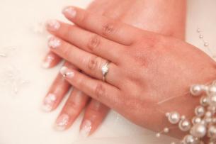 ダイヤの指輪をつけた手の写真素材 [FYI00367715]