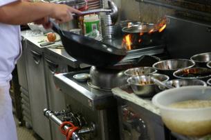 中華料理の調理風景の写真素材 [FYI00368128]