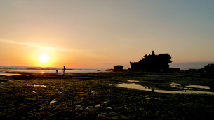 タナロット寺院に沈む夕日の写真素材 [FYI00368153]