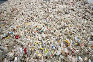 ガラス瓶のゴミの山の写真素材 [FYI00368172]