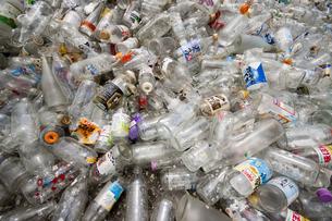 ガラス瓶のゴミの写真素材 [FYI00368174]