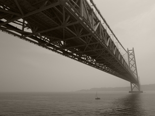 明石海峡大橋 モノクロの写真素材 [FYI00368177]