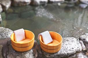 露天風呂と桶の写真素材 [FYI00368209]