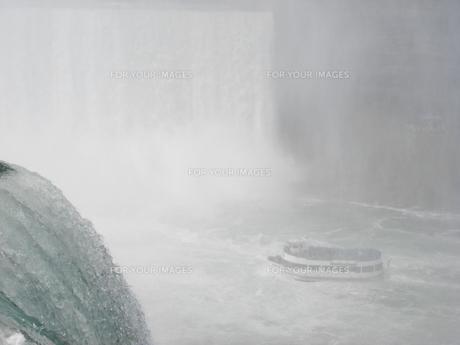滝に向かうの写真素材 [FYI00368271]