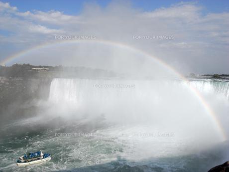 滝に向かう観光船の写真素材 [FYI00368289]
