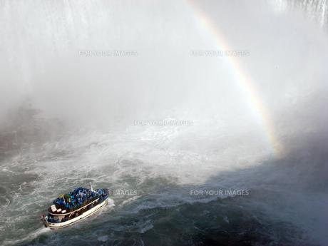虹と観光船の写真素材 [FYI00368313]