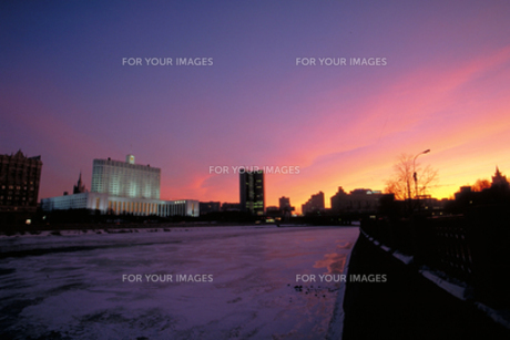 朝焼けの凍るモスクワ川と連邦内閣ビルの写真素材 [FYI00368331]