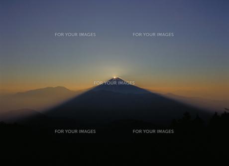 七面山から望むダイアモンド富士の写真素材 [FYI00368337]