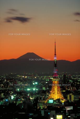 夕景の東京タワーと富士山の素材 [FYI00368339]