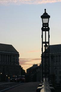 ロンドンタクシーと夕景の写真素材 [FYI00368355]