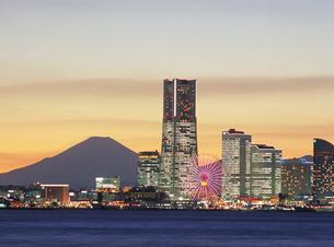 夕景の横浜みなとみらい地区と富士山の素材 [FYI00368357]