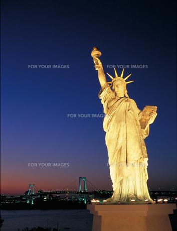 夕景の自由の女神とレインボーブリッジの写真素材 [FYI00368363]