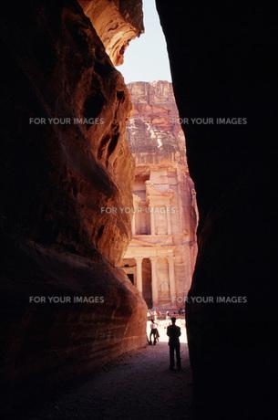 ペトラ遺跡、アルカズネ宝物殿・入り口1の写真素材 [FYI00368365]