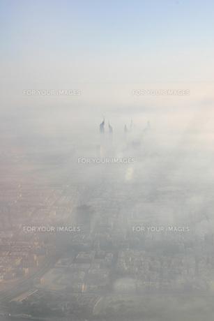 霧のドバイ市街、空撮の写真素材 [FYI00368399]