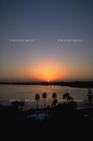 ナイル川越しに沈む太陽の写真素材 [FYI00368431]