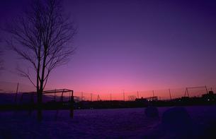 夕暮れの雪の校庭の写真素材 [FYI00368447]