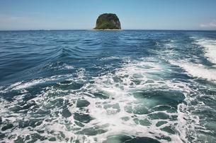 船の上からの海と島の写真素材 [FYI00368584]