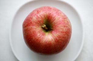皿にのったふじりんご1つの写真素材 [FYI00368609]