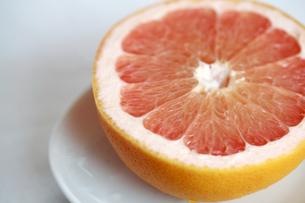 ピンクグレープフルーツの断面の写真素材 [FYI00368612]