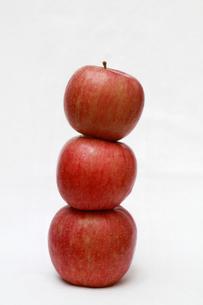 3つ重ねたふじりんごの写真素材 [FYI00368624]