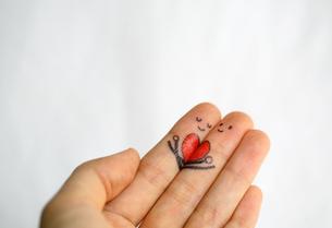 指にイラスト 寄り添うカップルイメージの写真素材 [FYI00368631]
