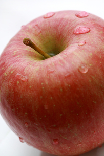 フレッシュなふじりんごアップの写真素材 [FYI00368633]