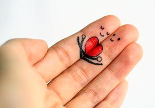 指にイラスト 寄り添うカップルイメージの写真素材 [FYI00368647]