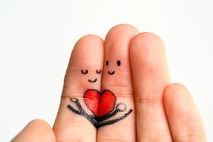 指にイラスト 寄り添うカップルイメージの写真素材 [FYI00368660]