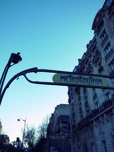パリのメトロの入り口の写真素材 [FYI00368673]