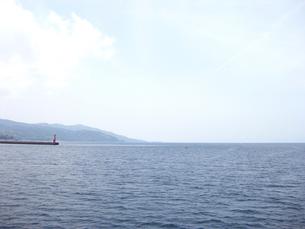 赤い灯台と海(横)の写真素材 [FYI00368674]