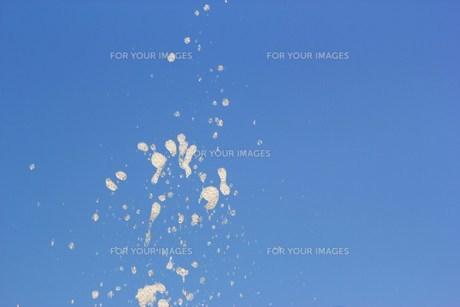 吹き上がる水滴の写真素材 [FYI00368701]