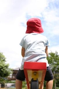 シーソーで遊ぶ少女の写真素材 [FYI00368920]
