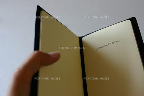 手帳を開くの写真素材 [FYI00368933]