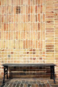 レンガの壁とベンチの写真素材 [FYI00368935]