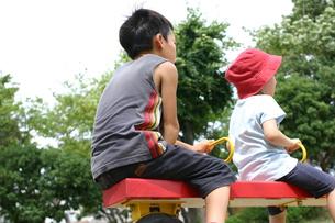 シーソーで遊ぶ兄妹の写真素材 [FYI00368942]