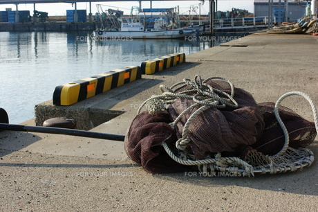 白塚漁港の漁網の写真素材 [FYI00368966]