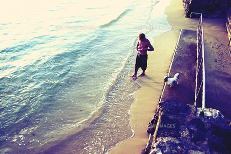 海で散歩する男性の素材 [FYI00369336]