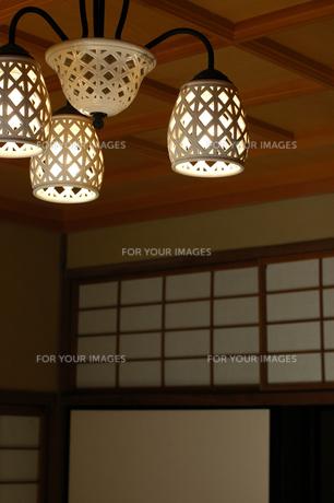 日本家屋(和モダン明かり)の写真素材 [FYI00369347]