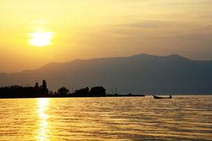 黄金色の湖の写真素材 [FYI00369552]