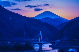 富士山と丹沢湖の写真素材 [FYI00369698]