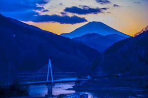 富士山と丹沢湖の写真素材 [FYI00369703]