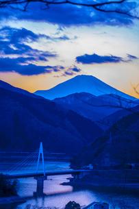 富士山と丹沢湖の写真素材 [FYI00369704]