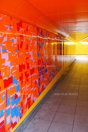 鮮やかなトンネルの写真素材 [FYI00369811]