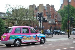 ロンドンを走る鮮やかなタクシーの写真素材 [FYI00369822]