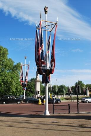 青空と風格あるイギリス国旗の写真素材 [FYI00369824]
