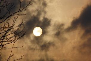 雲に隠れる午後の太陽の素材 [FYI00369864]