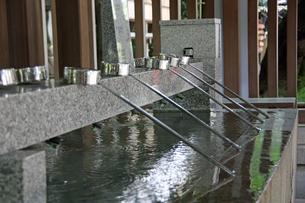 御影石の手水舎ヨコの写真素材 [FYI00369890]